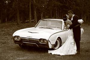 Hääpari ja Ford Thunderbird